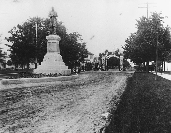 Soldiers monument on Washington Street, Two Rivers. Photographed by Hubert R. Wentorf in 1904. Lester Public Library.