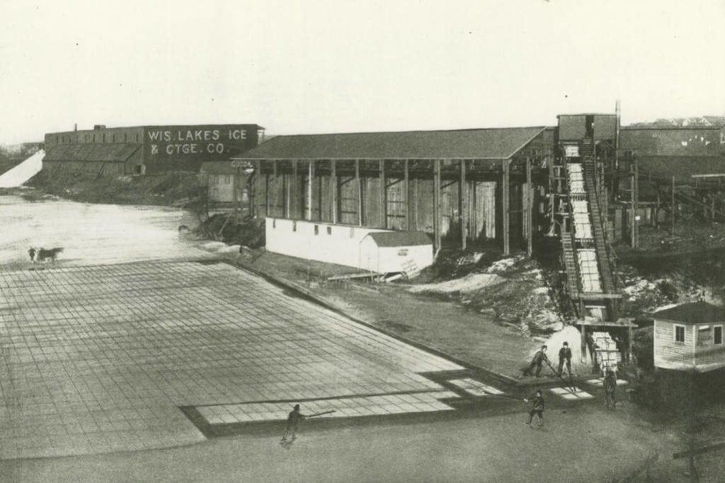 Wisconsin Lakes Ice & Cartage Co, Milwaukee, 1906. Milwaukee Public Library.